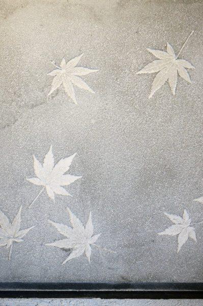 モルタルに紅葉の模様を付けたサンプル