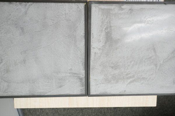 左が通常仕上げのモールテックス 右が研ぎ出したモールテックス 艶比較画像