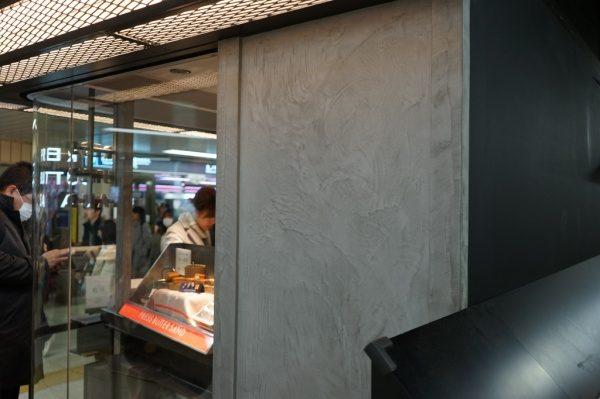 洋菓子店、灰色モールテックスで壁・化粧梁・柱に施工