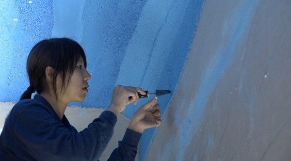 塗り版築 施工風景 鏝でくり抜いて蓄光石を埋め込んでいる