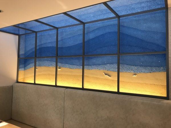 オーストラリアの海、空、大地、夜空をイメージした塗り版築 施工完了