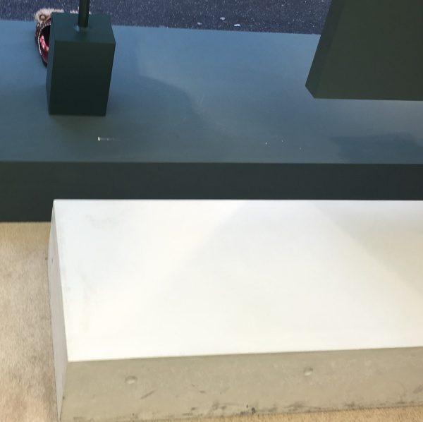 モデルの什器 白っぽいコンクリート打ち放し