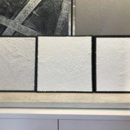 3種類の塗り板見本 左からジョリパット、漆喰骨材入り、漆喰