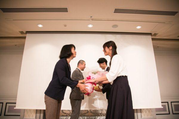 先輩から花束の贈呈