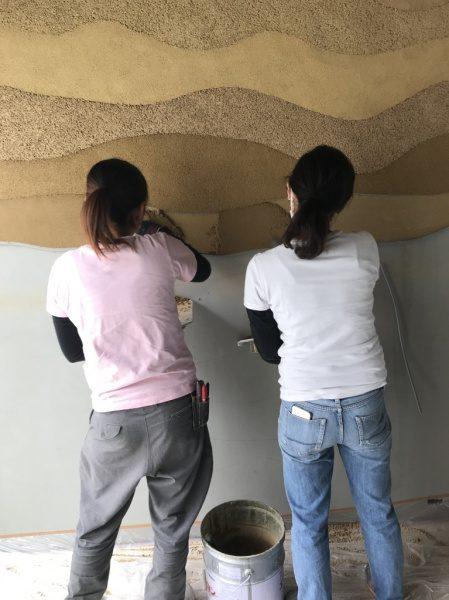 女性職人 塗り版築施工