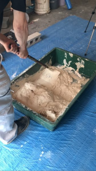 漆喰 鍬で混ぜる