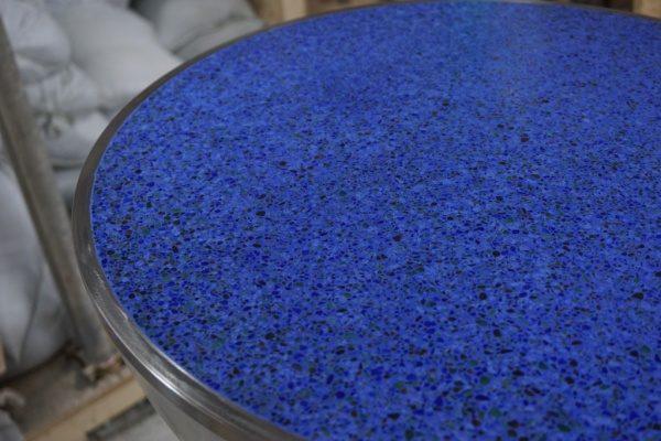 青いモルタルに色ガラスを使用した研ぎ出し仕上げ
