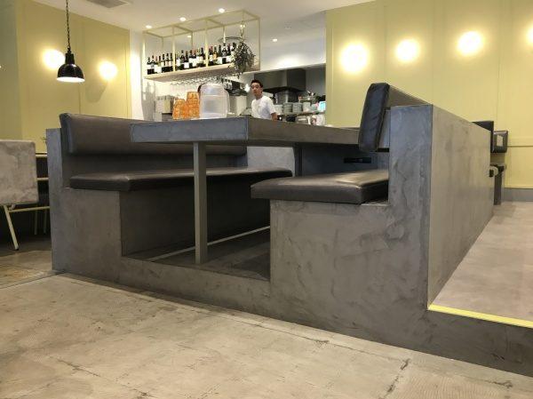 モールテックスグレー ソファー席・テーブルに施工