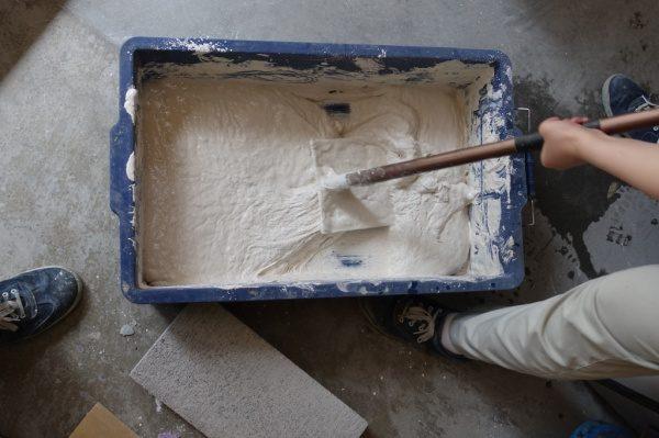 漆喰を捏ねる