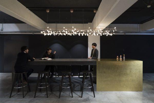モールテックス・ミダスメタル真鍮仕上げ 丹青社 港南ラボ マークスリー 打合せテーブル