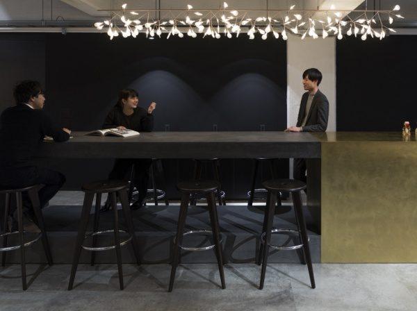 モールテックス・ミダスメタル オフィスのテーブルに施工