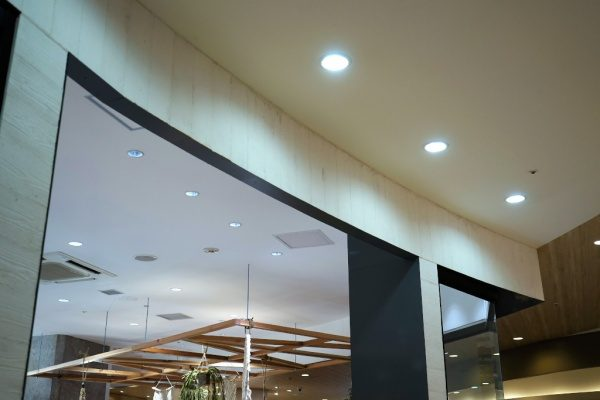 うづくり木目モルタル ファサード壁面 白モルタル