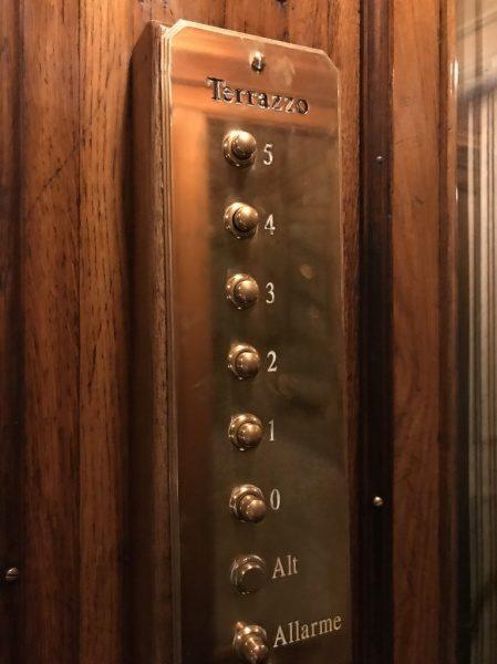 イタリアのエレベーターボタン