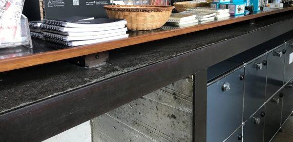 素材の見切りに使用されている鉄のフレーム