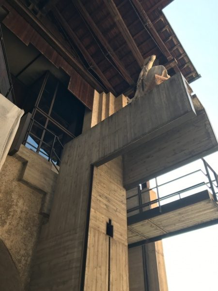 カステルベッキオ 外壁打ち放しコンクリートと鉄のフレーム