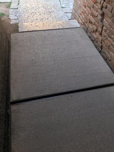 カステルベッキオ 鉄のフレームに囲まれた床のコンクリート刷毛引き仕上げ