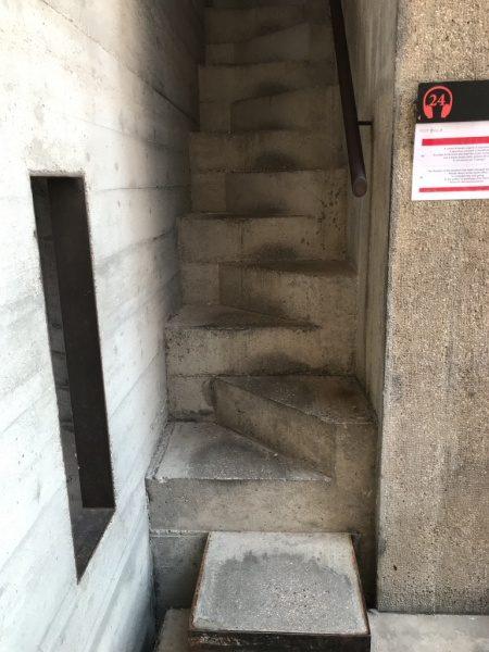 カステルベッキオ コンクリート階段