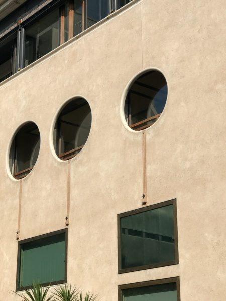ヴェローナ銀行の印象的な窓