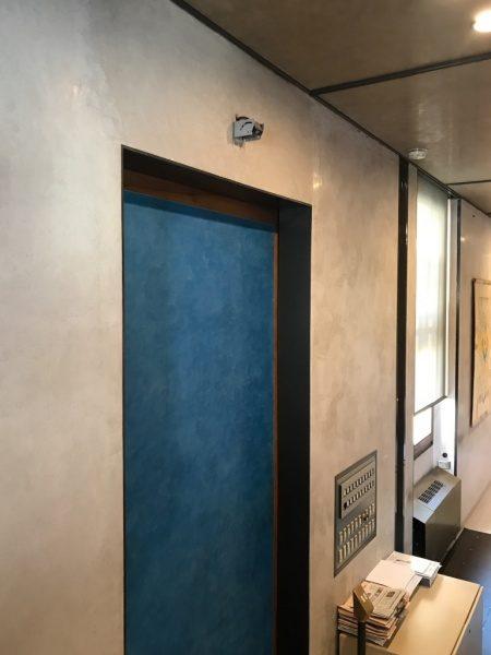 ヴェローナ銀行 スタッコ仕上げ 扉が色違いの青の仕上げ