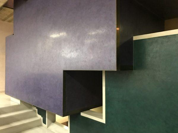 階段への壁の印象的なスタッコ仕上げ
