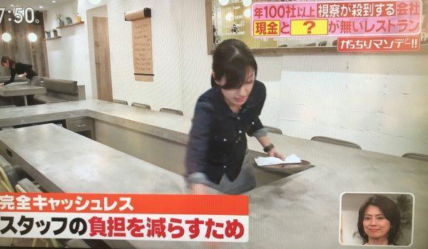 女性の店員さんがモールテックスカウンターテーブルを拭いている