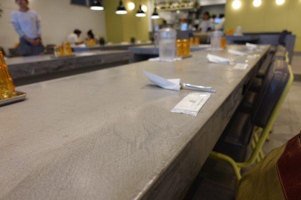天板がモールテックスのカウンターテーブル、ギャザリングテーブルパントリー馬喰町店