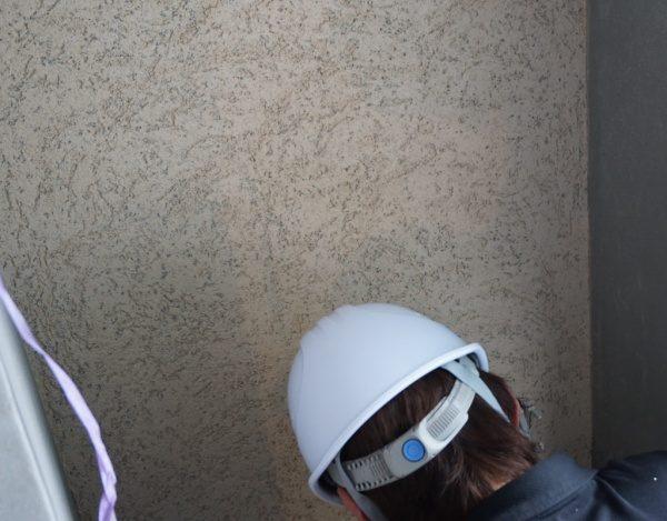 店舗外壁に珪藻土仕上げを施工する左官職人