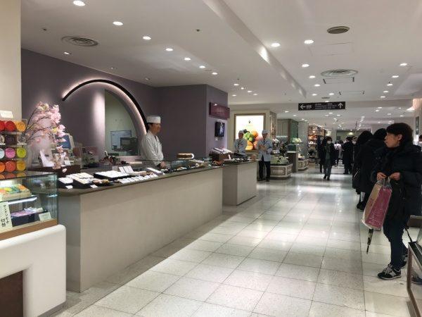 デパート内の和菓子店のカウンター