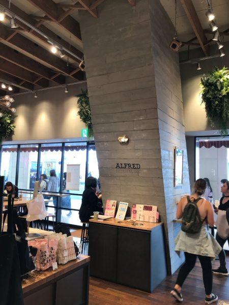 喫茶店内のうづくり木目モルタルの柱