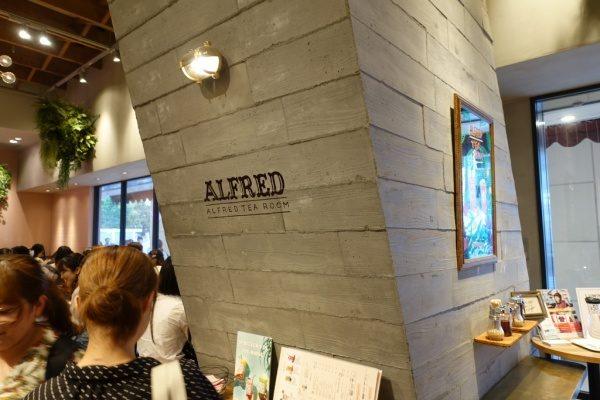 店名ロゴの入ったうづくりモルタルの柱と店内の様子