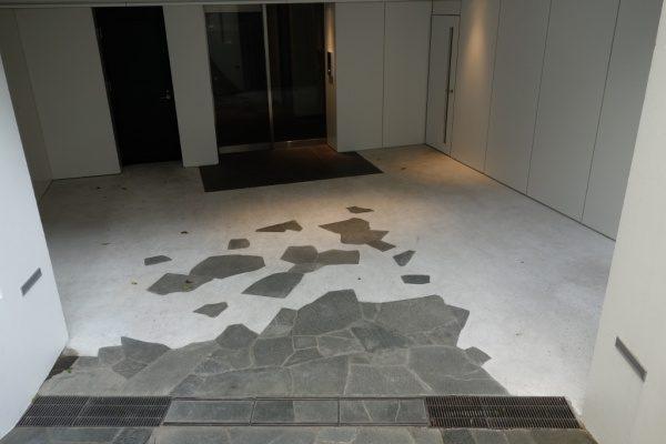 ガラス入りの洗い出し仕上げで施工した住宅エントランス床