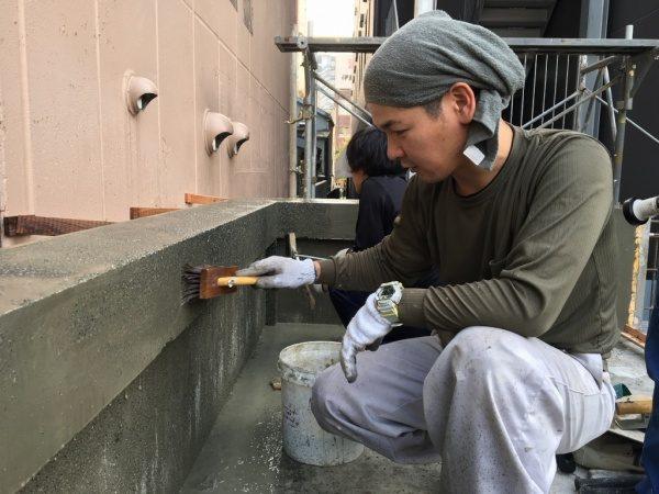 在来の洗い出し工法を施工中の原田左官横山さん