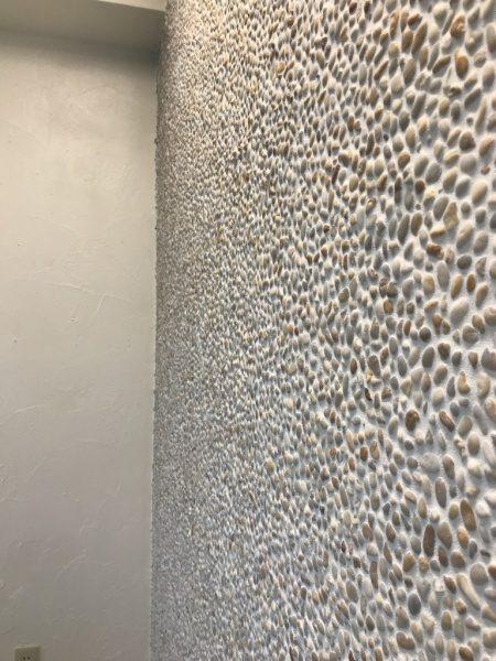 カラフルな種石を使用した洗い出しネットストーンの壁