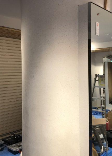 ビールストーンホワイトカラーチャート丸柱、柱の右側には鏡が取り付けられている