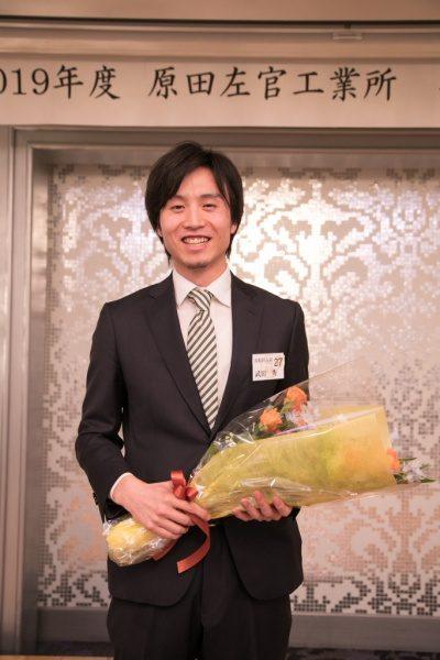 花束を持ち笑顔の原田左官工業所の武田さん