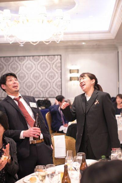 年明け披露会で驚くリアクションの男性と笑う女性