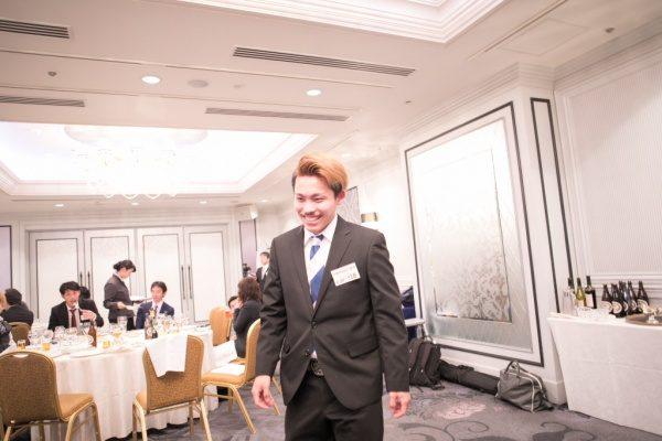 年明け披露会の大抽選会で当選した物を取りに行く笑顔の男性