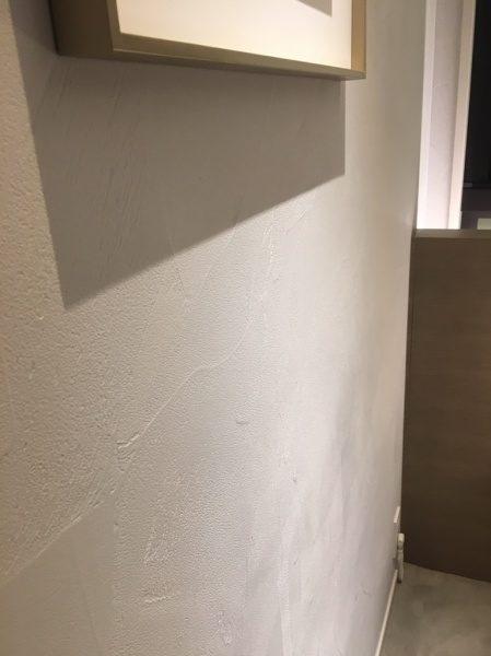 白色のオルトレマテリアのフィーネ仕上げの壁、鏝模様仕上げ
