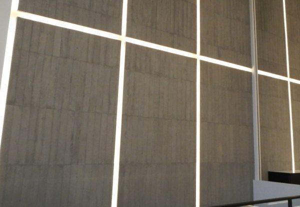 浮造り木目モルタルで施工したアパレルショップの壁、壁は縦の芋張りで色はモルタル素地色、左からのアングル