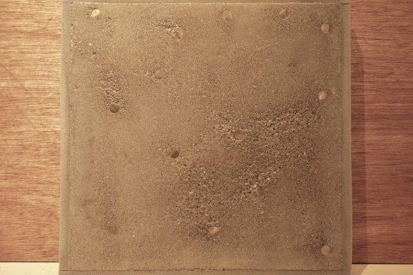 真鍮の棒入りモルタル金鏝象嵌仕上げサンプルの正面アングル