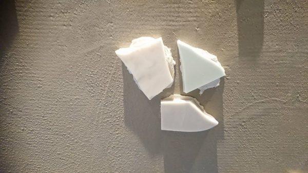 カウンター立ち上がりに貼り付けられた人造大理石の欠片