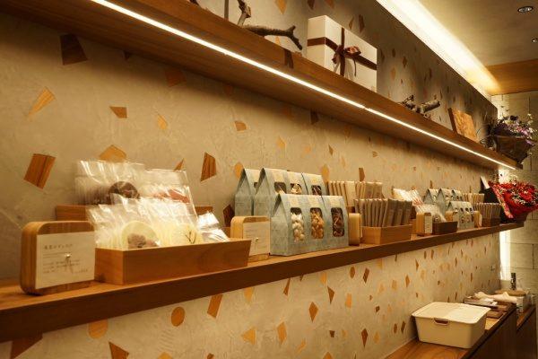 木片入りのモラート仕上げの壁、棚にはチョコレートショップの商品が並んでいる