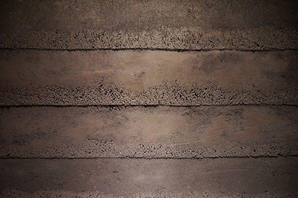 塗り版築で施工したお店のエントランスの壁、正面からアップのアングル