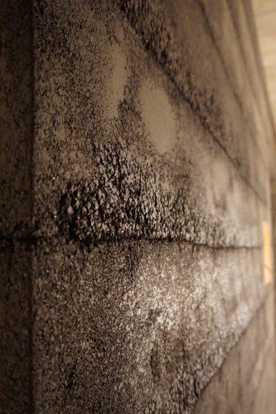 塗り版築で施工したお店のエントランスの壁、左からのアングル、ジャンカがある