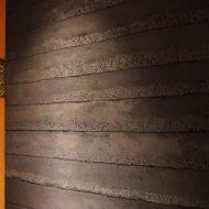 塗り版築で施工したお店のエントランスの壁、右斜めのアングル