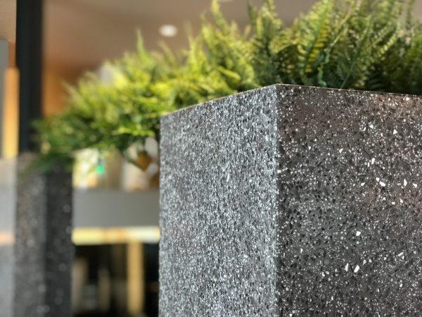 黒色のビールストーン、ミラー骨材入り目隠し用家具の角部分、トヨタホーム様の埼玉県住宅展示場