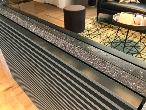 黒色のビールストーン、ミラー骨材入り目隠し用家具の鏡との取り合い部分、トヨタホーム様の埼玉県住宅展示場