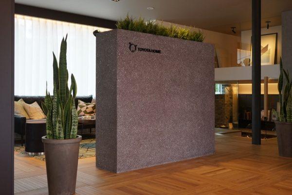 黒色のビールストーン、ミラー骨材入り目隠し用家具、横に観葉植物、トヨタホーム様の埼玉県住宅展示場