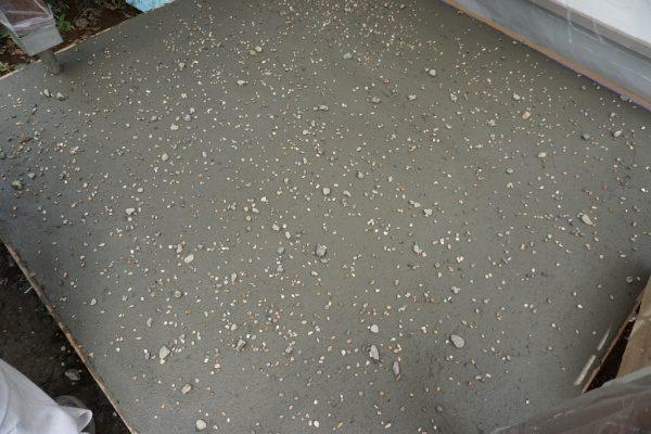 玄関土間に施工中のモルタル三和土風仕上げ