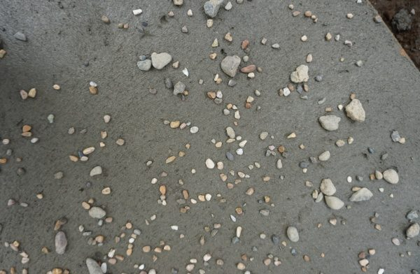 モルタル三和土風仕上げ、土間に石を乗せた状態